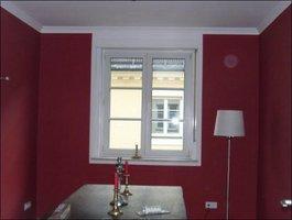 Maler streicht Wände rot